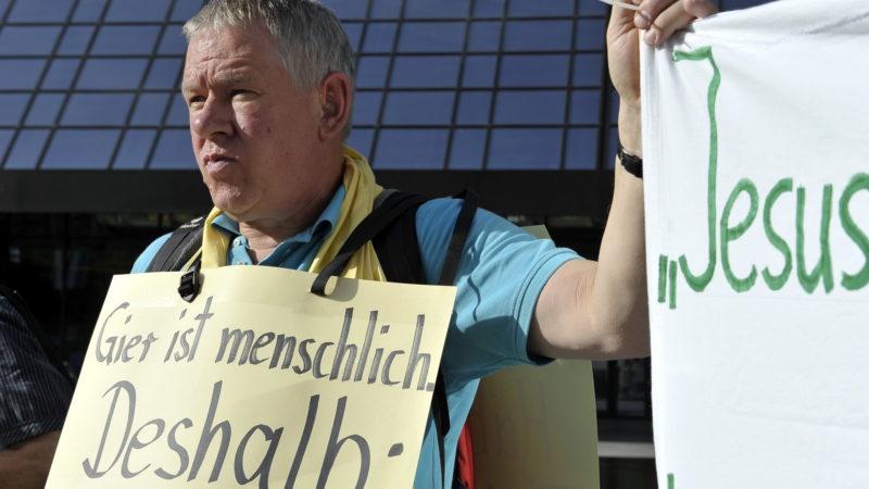 Demo von Ordensleuten für den Frieden vor der Deutschen Bank in Frankfurt | © Vera Rüttimann