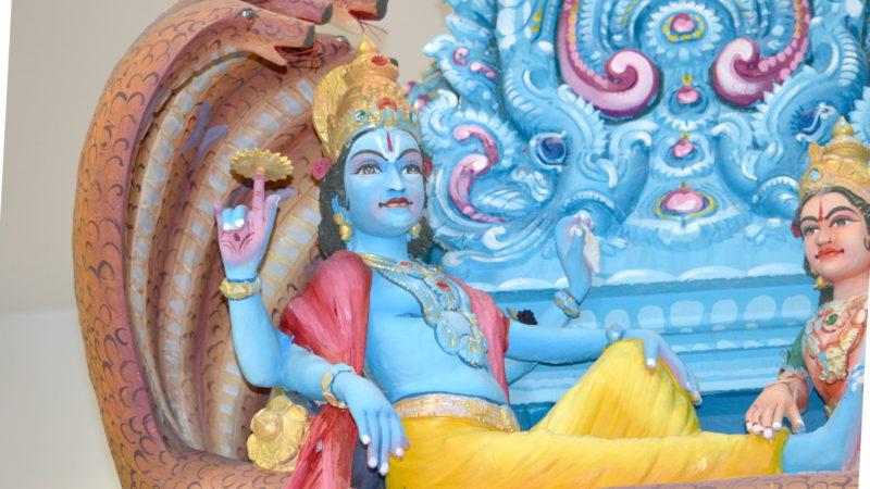 Gott Vishnu schläft auf einer Schlange mit mehreren Köpfen. | © Barbara Ludwig