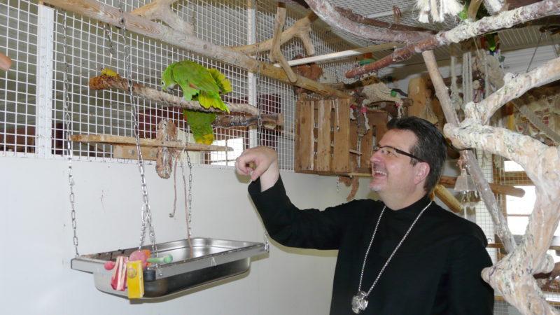 Abt Christian Meyer mit seinen Papageien | © Sylvia Stam