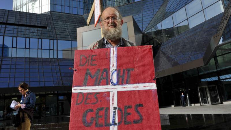 Demo von Ordensleuten für den Frieden vor der Deutschen Bank in Frankfurt. | © Vera Rüttimann
