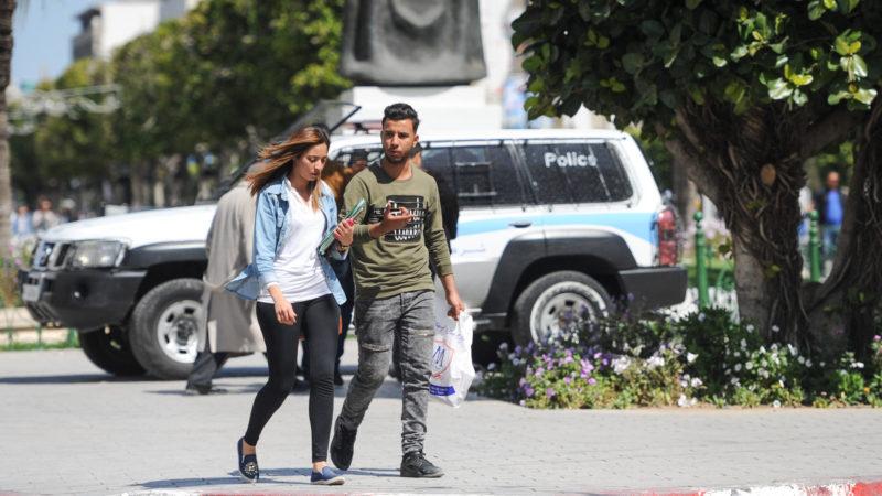 Ein junges Paar läuft über einen Platz in der Innenstadt von Tunis. | © KNA