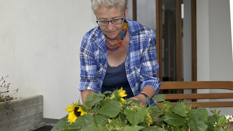Vroni Peterhans-Suter hat als Katechetin ein Hochbeet angelegt | © Regula Pfeifer