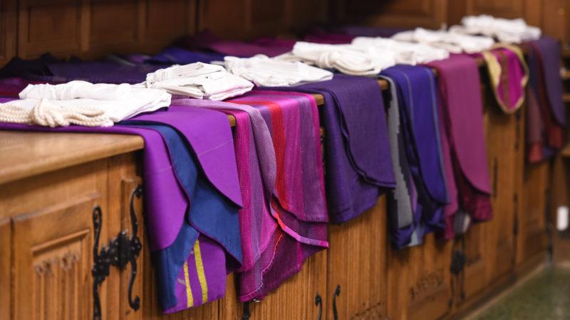 Katholische Messgewänder (Fastenzeit) | © KNA