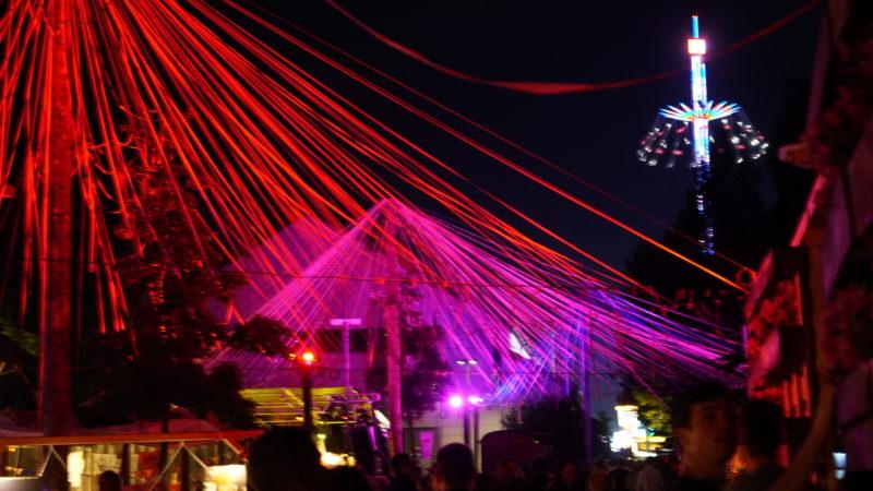 Jubla-Versum mit Lunapark im Hintergrund in der Aue Baden | © Vera Rüttimann