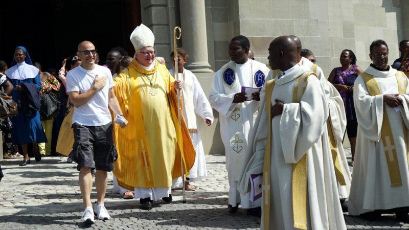 Bischof Markus Büchel beim Auszug mit afrikanischen Priestern | © Vera Rüttimann