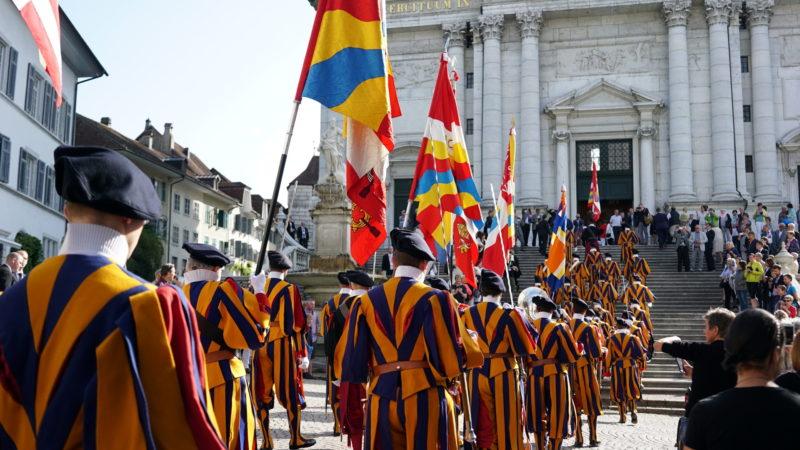 Schweizergarde vor der Kathedrale Solothurn | © Vera Rüttimann