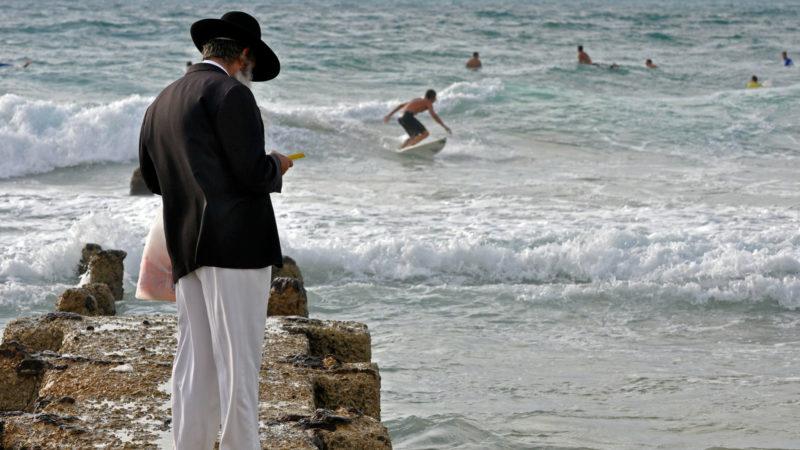 Betender Jude am Strand von Tel Aviv | © KNA