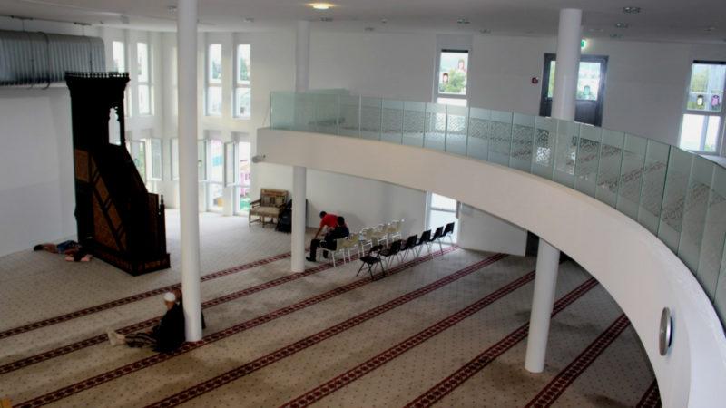 Grössräumiger Gebetsraum der Moschee in Volketswil | © screenshot imanzentrum.ch