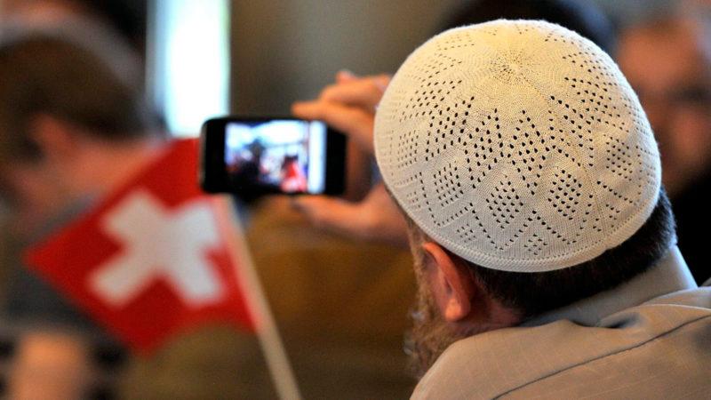 Ein Muslim macht Fotos mit seinem Natel |  © KEYSTONE/Sigi Tischler