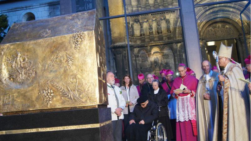 Rudolf Voderholzer (r.), Bischof von Regensburg, weiht Denkmal ein | © KNA