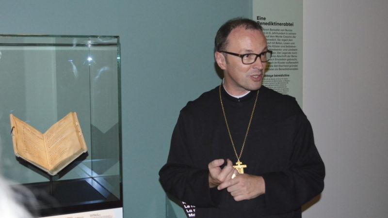 Abt Urban Federer mit dem Buch der Benediktinerregeln des heiligen Meinrad | © Regula Pfeifer