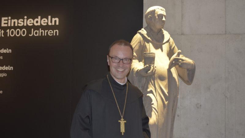 Abt Urban Federer vor dem Klostergründer Meinrad | © Regula Pfeifer
