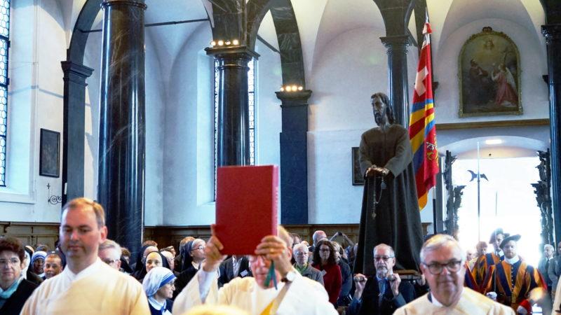 Bruder-Klaus-Statue wird in die Kirche getragen | © Georges Scherrer