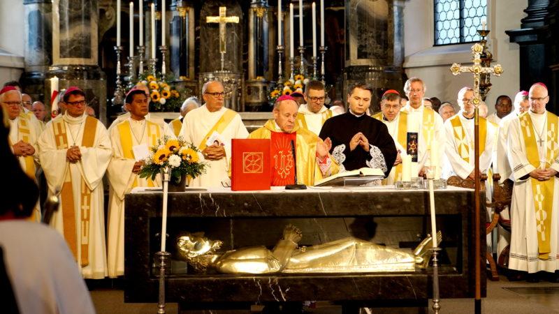 Bischof Vitus Huonder leitete den Gottesdienst   © Georges Scherrer