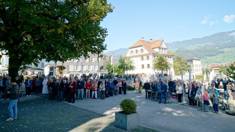 Gottesdienstübertragung auf den Kirchen-Vorplatz | © Georges Scherrer