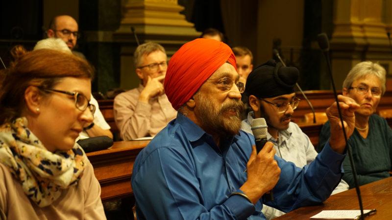 Ein Sikh während der Podiumsdiskussion im St. Galler Kantonsratssaal | © Vera Rüttimann