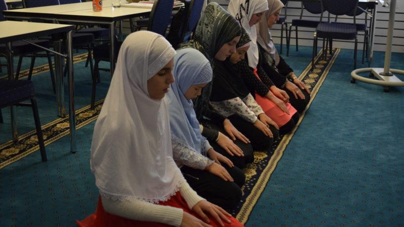 Junge Musliminnen im Gebet | © Regula Pfeifer