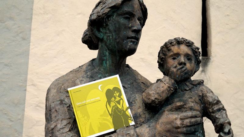 Dorothee-Statue mit Klara-Obermüller-Buch in Sachseln  | © Georges Scherrer