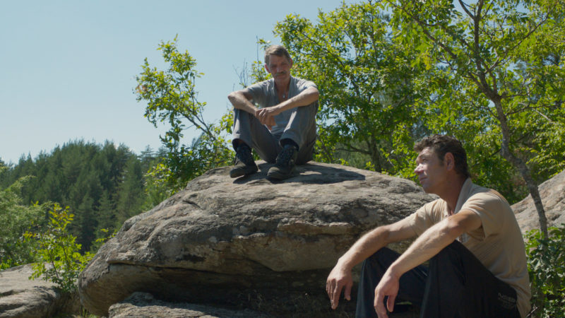 Zwischen Meinhard (Meinhard Neumann, auf Stein sitzend) und Adrian (Syuleyman Alilov Letifov) entwickelt sich eine Freundschaft | © Trigon