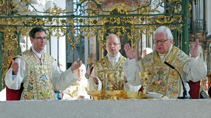 Dompfarrer Beat Grögli, Bischof Benno Elbs und Bischof Markus Büchel. | © Sabine Rüthemann