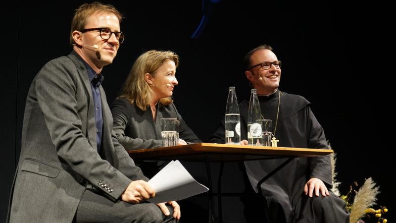 Moderator Hannes Nussbaumer im Gespräch mit Barbara Schmid-Federer und Abt Urban Federer. | © Vera Rüttimann