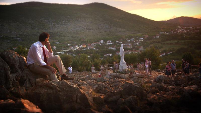 Blick auf den Erscheinungshügel bei Medjugorje. | © Juan Manuel Cotelo/www.maryslandfilm.com