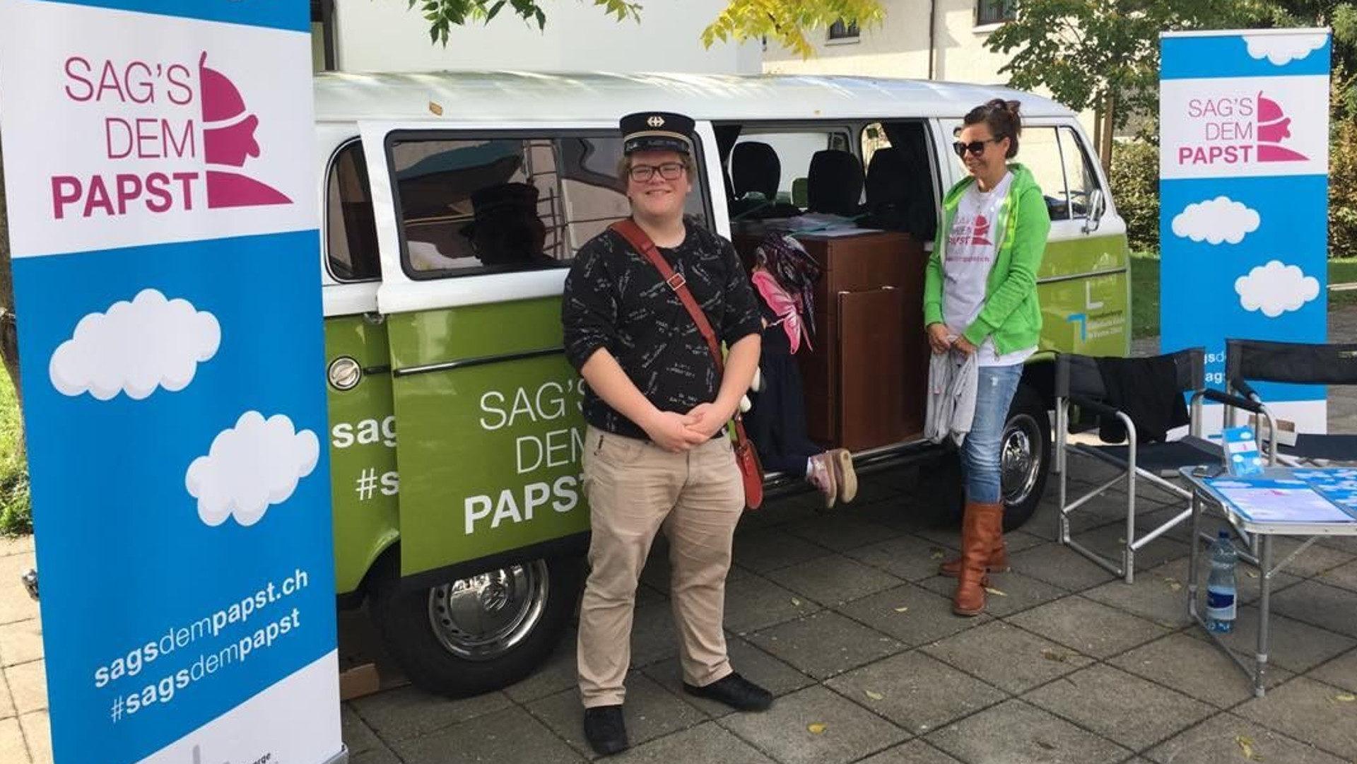 Papstmobil empfängt Jugendliche  | © zVg
