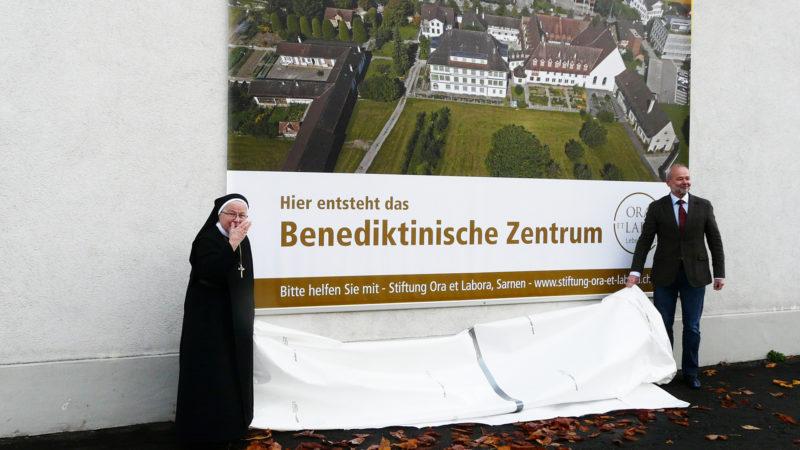 Enthüllung des Plakats «Benediktinisches Zentrum» an der Klostermauer in Sarnen: Äbtissin Mutter Pia Habermacher und Hanspeter Kiser | @ Sylvia Stam