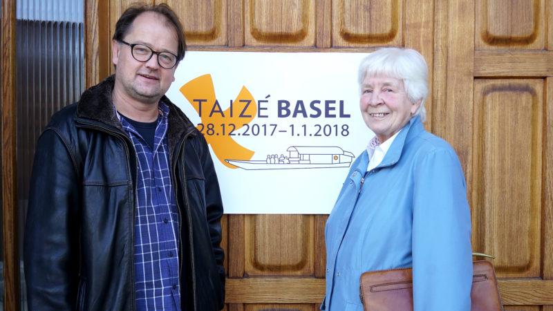 Christoph Schneider und Maria Chiquet-Nussberger vor dem Eingang zur St. Franziskus-Kirche in Riehen BS | © Vera Rüttimann