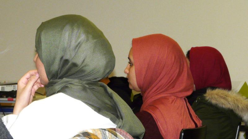 Junge Musliminnen diskutieren im «Project Träff» Glaubensfragen | © Sylvia Stam