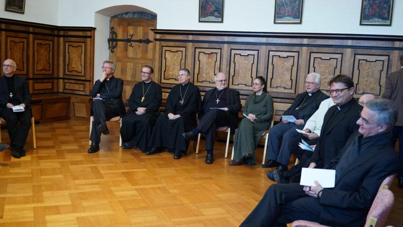 Die Bischöfe lauschen den Sternsingern. | © Vera Rüttimann