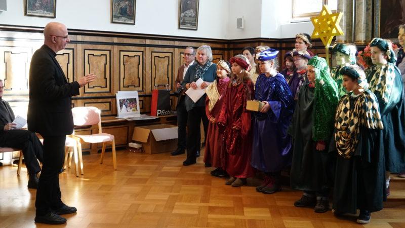 Bischof Charles Morerod spricht zu den Sternsingern | © Vera Rüttimann