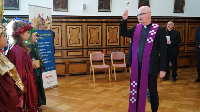 Bischof Charles Morerod segnet die Sternsinger. | © Vera Rüttimann