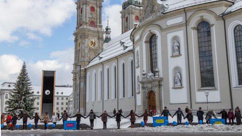 Menschenkette der Unicef vor der Kathedrale St. Gallen | © zVg