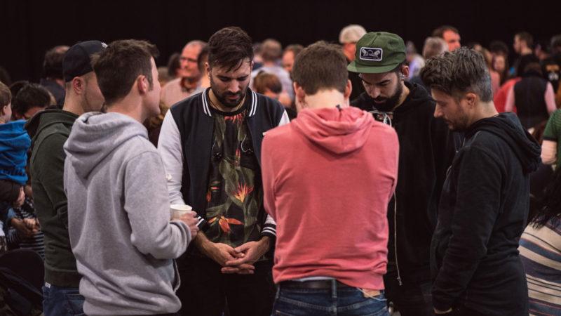 Gläubige beten gemeinsam an der Explo | © Explo 17