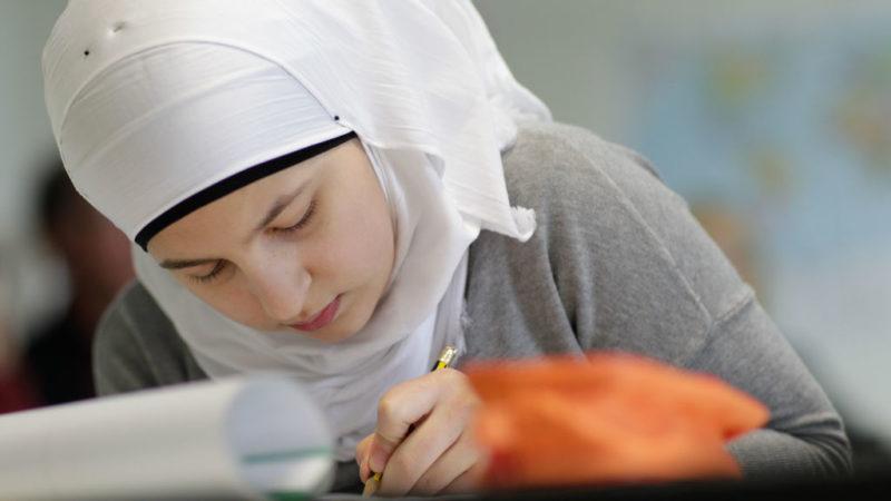 Muslimisches Mädchen im Unterricht  | © Andreas Kühlken/KNA