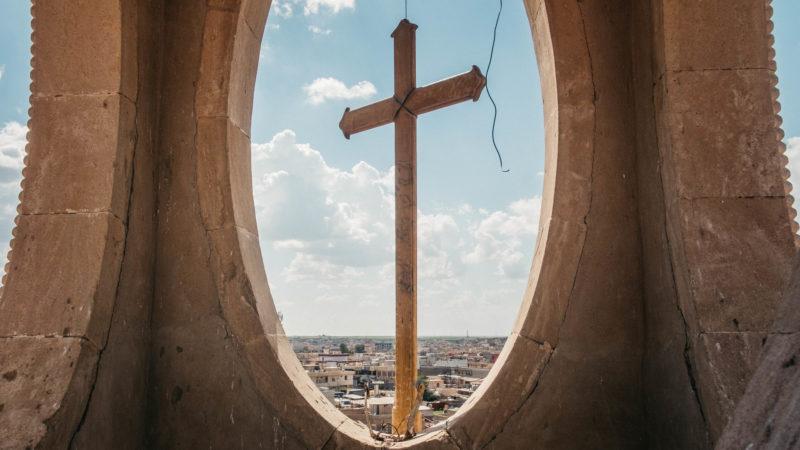 Blick von zerstörtem Kirchturm im Irak | © kna