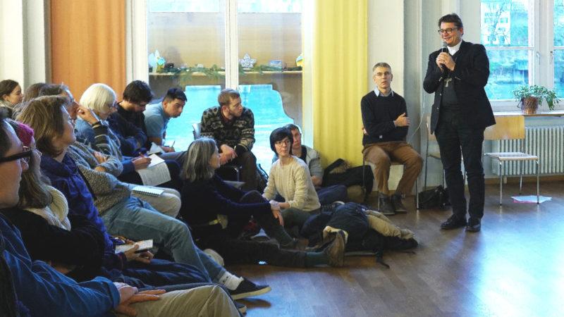 Bischof Felix Gmür beim Taizé-Workshop mit Jugendlichen  | ©  Vera Rüttimann