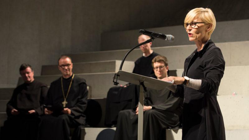 Christine Keller, Kuratorin, an der Vernissage zur Ausstellung über Einsiedeln | © zVg