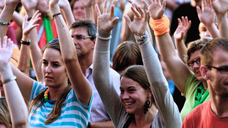 Jugendliche an kirchlichem Konzert | © Oliver Sittel