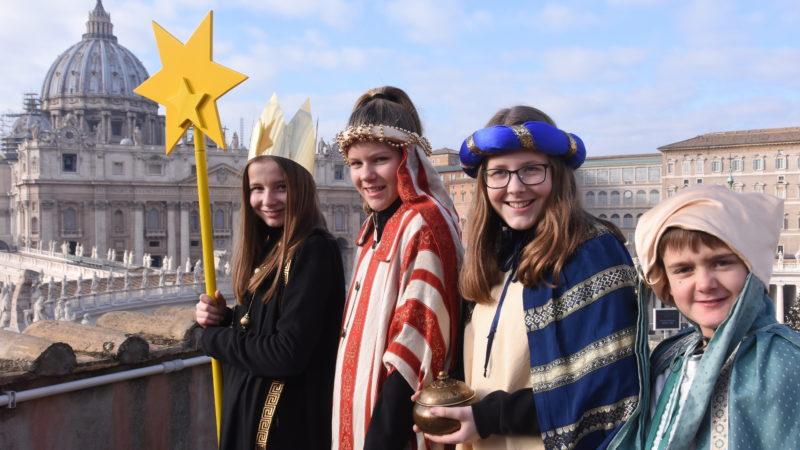 Die Sternsinger Lea, Rebekka, Jana und Enrico aus Leibstadt vor dem Petersdom in Rom | © Missio/Martin Brunner-Artho