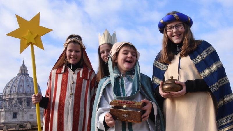 Die Sternsinger Rebekka, Lea, Enrico und Jana aus Leibstadt vor dem Petersdom in Rom | © Missio/Martin Brunner-Artho
