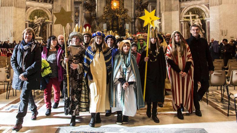 Auszug der Sternsinger aus dem Petersdom | © Agenzia Romano Siciliani/Stefano Dal Pozzolo