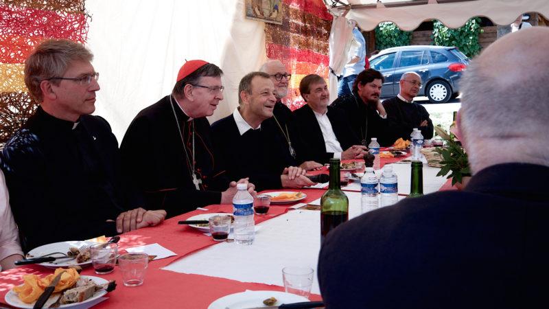 Olav Fyske Tveit (von links) und Kardinal Kurt Koch bei den Brüdern von Taizé    © Oliver Sittel