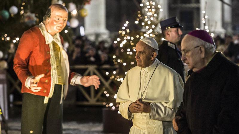 Papst Franziskus am 31. Dezember 2017 vor der Weihnachtskrippe auf dem Petersplatz im Vatikan | © kna