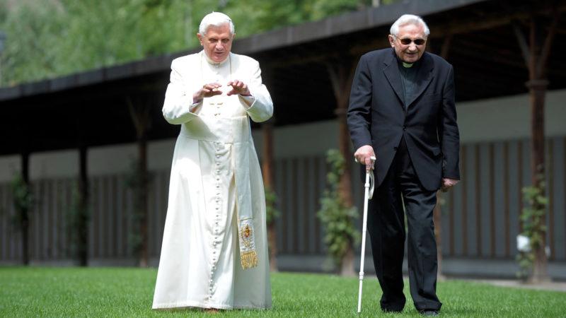 Papst Benedikt und sein Bruder Georg Ratzinger im Jahr 2008 | © KNA