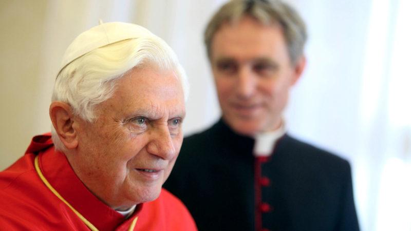Der emeritierte Papst Benedikt XVI. im Jahr 2016 | © KNA