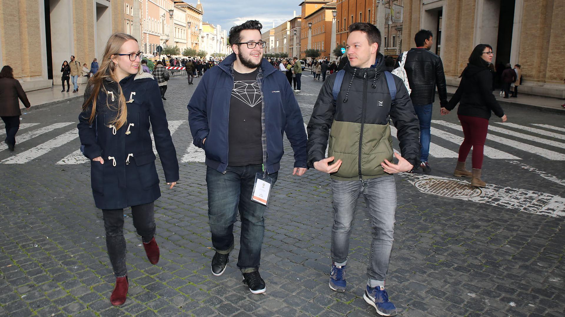 Medea Sarbach, Sandro Bucher, Jonas Feldmann an der Vorsynode in Rom | © Bernard Hallet