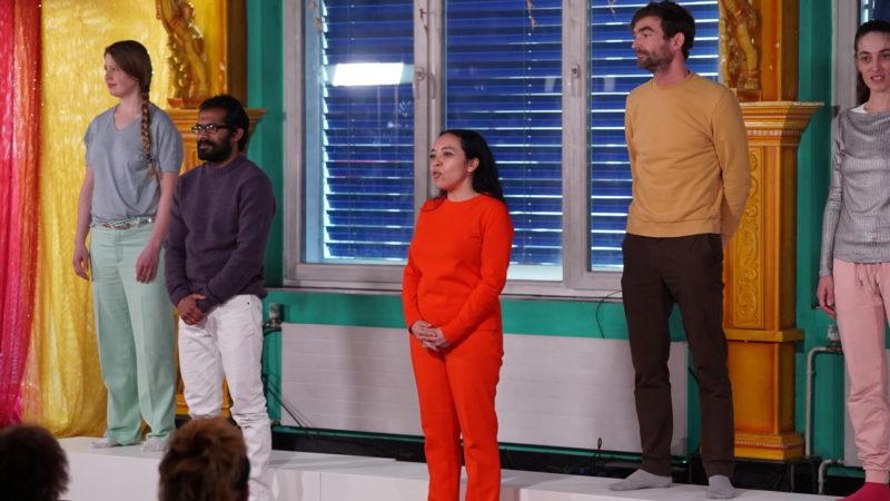 Der Chor der Gläubigen im Theater «Urban Prayers» | © Vera Rüttimann