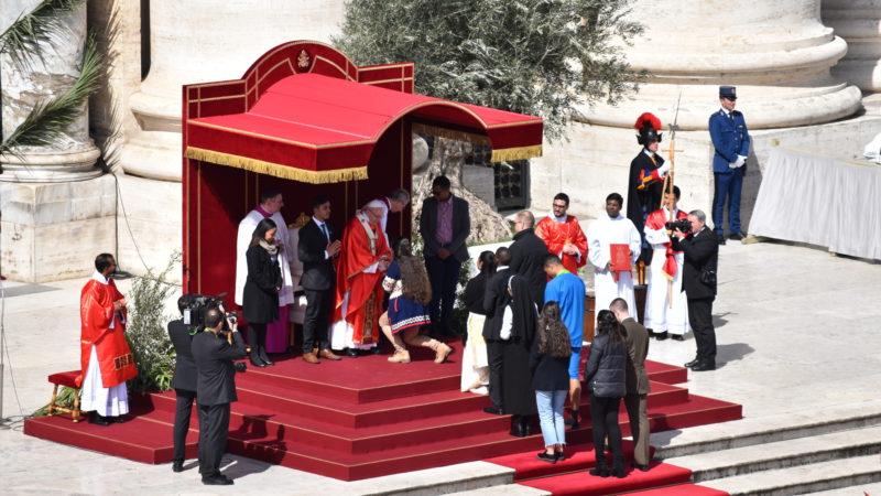 Papst Franziskus nimmt das Abschlussdokument der Vorsynode in Empfang. | © Jacques Berset
